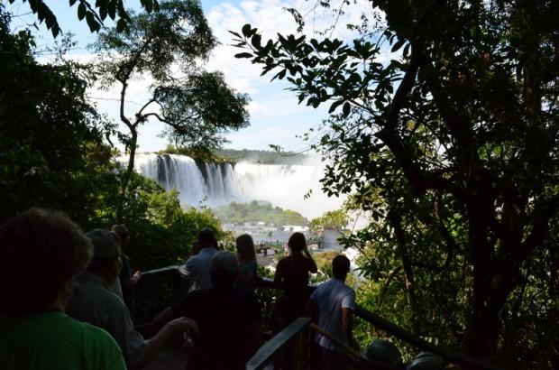 Senderos durante el paseo en las Cataratas del Iguazú, en Foz do Iguaçu, PR