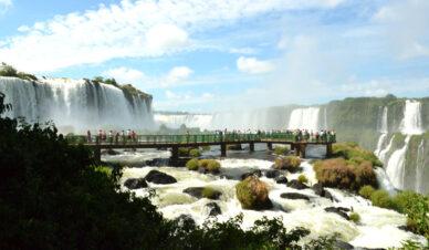 Vista panorâmica nas Cataratas do Iguaçu, em Foz do Iguaçu, PR