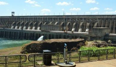 Vista panorâmica da barragem da Usina de Itaipu, em Foz do Iguaçu