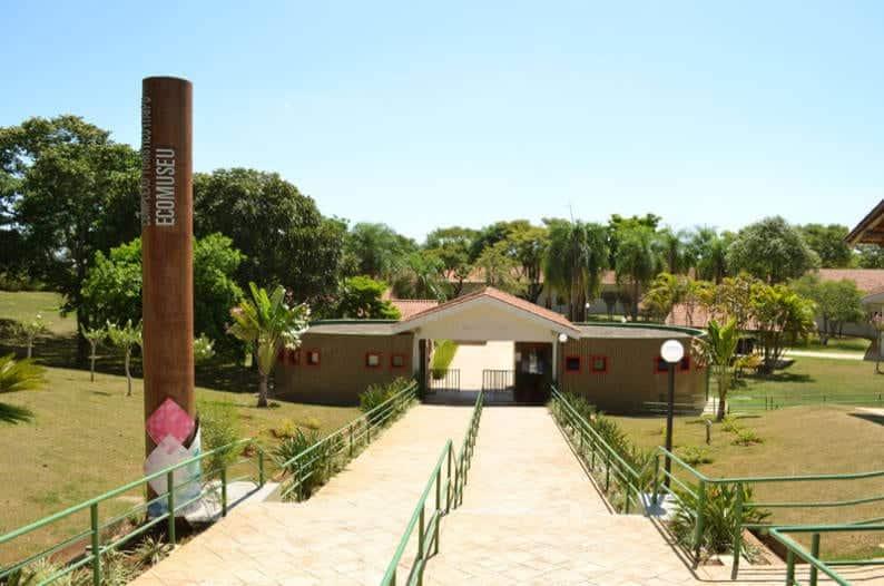 Jardines de entrada de Ecomuseo, en Foz do Iguaçu