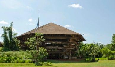 La Aripuca (Puerto Iguazú), construída com 30 espécies nativas reaproveitadas