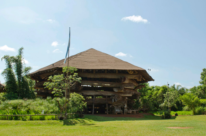 La Aripuca (Puerto Iguazú), built with 30 native species reused