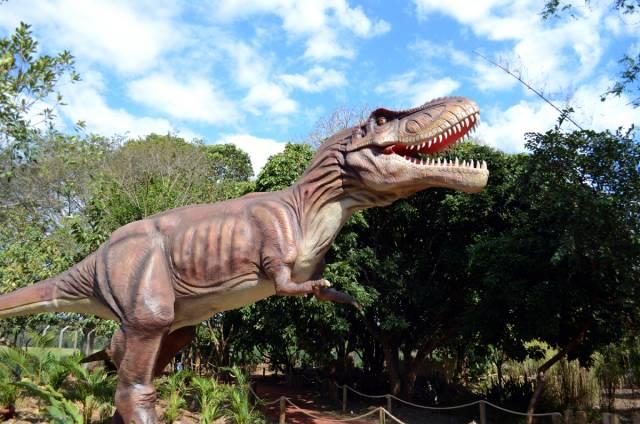 Dinossauro animatrônico no Vale dos Dinossauros em Foz do Iguaçu