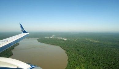 Visão aérea das Cataratas do Iguaçu na chegada ao Aeroporto Internacional de Foz do Iguaçu