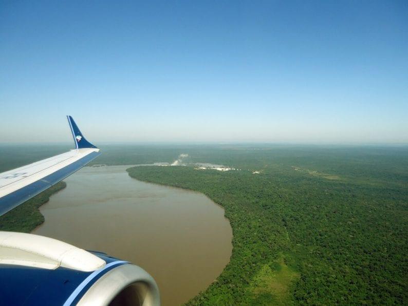 Visão aérea das Cataratas do Iguaçu na chegada ao Aeroporto de Foz do Iguaçu