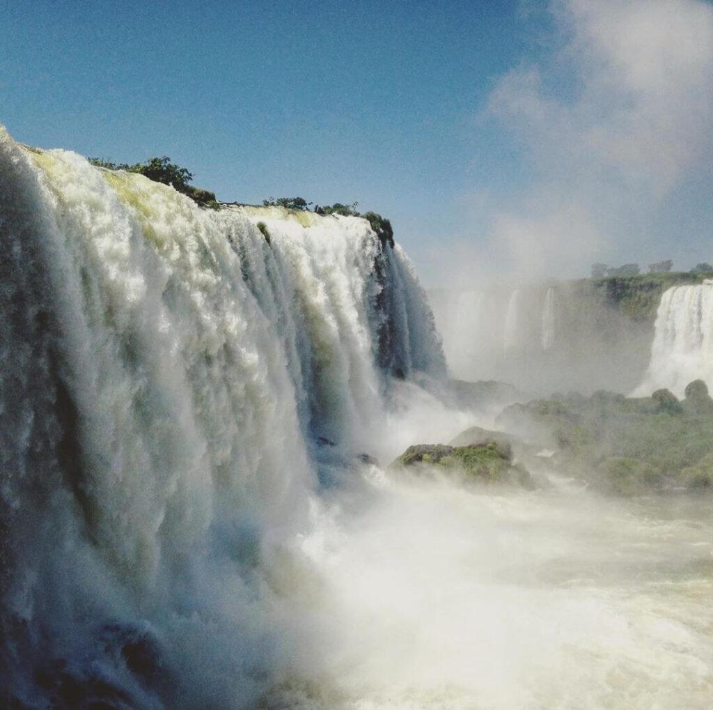 As Cataratas do Iguaçu são um dos mais belos e conhecidos conjuntos de quedas d'água do mundo e estão localizadas na fronteira entre o Brasil e a Argentina.