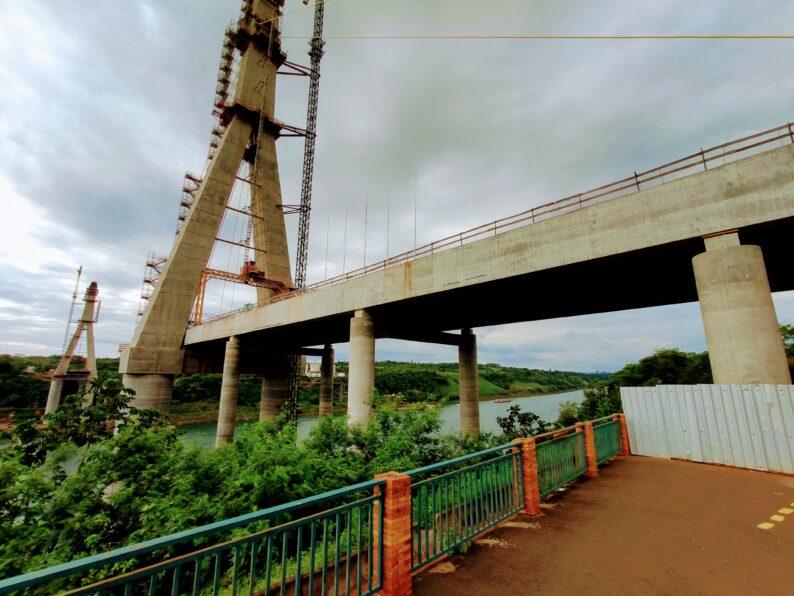 Construção da Ponte da Integração em Outubro de 2021, tendo como destaque o Rio Paraná e a base da ponte no lado Brasileiro.